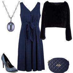 Un outfit nei toni del blu composto da un vestito con cucitura sul seno abbinato ad una meravigliosa pelliccia ecologica monopetto con collo ampio, borsa trapuntata Love Moschino, décolleté tacco 11 e collana.