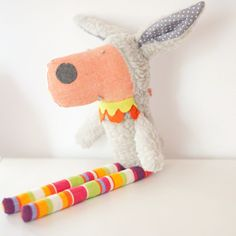 Laura the sheep loves to travel – and she always takes a big suitcase! Laura the sheep is a soft toy made of wool, cotton fabrics and trims. Measures 16,5 in tall.Other animal characters available on request (litte pig, fox, wolf, mouse, dog, donkey, cat, rabbit, panda, elephant, giraffe,…)A ovelha Laura gosta muito de viajar –  e leva sempre uma grande mala! A ovelha Laura é uma boneca feita de fazenda de lã, tecidos de algodão e fitas. Mede 42 cm Outros bonecos animais disponíveis por…