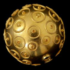 Hollow gold bead with filigree circles. The current Viana beads are direct descendants of Greek, Phoenician, Etruscan and Roman ones, the latter being those that most resemble the current Portuguese beads.