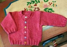 Patrón para tejer una chaquetita de punto, muy clásica pero con detalles muy actuales: botones de colores y una lana en un tono poco habitual para bebé.