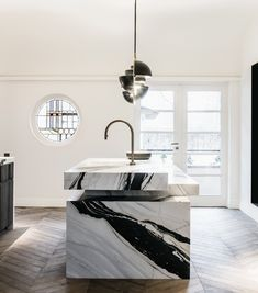 MODERN KITCHEN - Whether your existing layout needs remodeling or you simply want to freshen a weary palette, currently is the perfect time to prepare your dream kitchen. However exactly what's warm in the globe of kitchen design? Modern Kitchen Design, Interior Design Kitchen, Loft Interior, Marble Interior, Interior Architecture, Contemporary Kitchens, Luxury Interior, Modern Contemporary, Luxury Kitchens