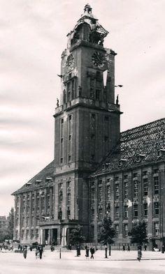 1945 Rathaus Schoeneberg stark beschaedigt. Tuskegee Airmen, Combat Training, West Berlin, History Channel, Berlin Germany, World War, Wwii, Battle, Architecture