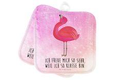 2er Set Topflappen  Flamingo stolz aus Kunstfaser  Natur - Das Original von Mr. & Mrs. Panda.  Diese wunderschönen Topflappen von Mr. & Mrs. Panda sind immer im 2er Set. Sie sind liebevoll bedruckt und der Druck ist natürlich absolut hitzebeständig. Die Maße ist 170 X 170 mm.    Über unser Motiv Flamingo stolz  Flamingos sind das Sommermaskottchen schlechthin. Wenn wir die pinken Paradiesvögel sehen, denken wir sofort an Sommer, Sonne, Sonnenschein! Summer never ends...with Flamie, unserem…