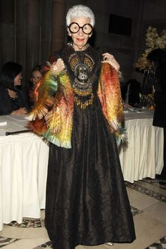 Iris Apfel Turns A Look Back At the Fashion Icon's Most Delightfully Eccentric Looks - Fashion For Women İdeas Iris Fashion, Look Fashion, Fashion Show, Fashion Trends, Fashion Hats, Sweet Fashion, 50 Fashion, Fashion 2018, Couture Fashion