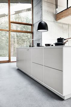Grey MODU kitchen is made to the kitchen, but can be used in the hall as sideboard or the like. By framing each of the modules it is more the mark of being a piece of furniture than a kitchen. Kitchen Dining, Kitchen Decor, Kitchen Grey, Handleless Kitchen, Apartment Interior, Interior Design Kitchen, Home Kitchens, Home Furniture, Loft