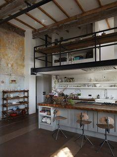 Wonen in een oude gymzaal met bijna alle elementen - op het geurtje na - er nog in, wat een vondst! Sieraden ontwerper Bibi van der Velden...