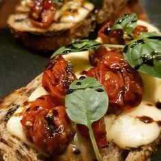 Brusqueta.... Pan de semillas. Tomates deshidratados. Queso. Balsámico.