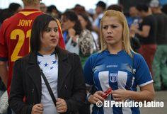 Jóvenes hondureñas vistiendo los colores nacionales de su país durante la celebración de las Fiestas Patrias de Honduras en el Moll de la Marina en Barcelona.