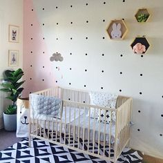 That accent wall! Love everything happening in this Scandinavian nursery done on a budget. Design by @sonnia_maree