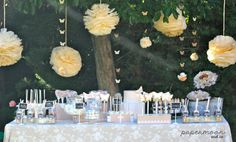 Mesa dulce comunión crema y tostados, con pompones de papel, mariposas y flores. http://www.papermoonandco.com/
