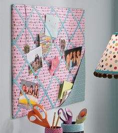 Easy to Make Memo Board for Dorm Room or Kids Bedroom memo board tutorial. or perhaps we could say 'memory board' :) Fabric Corkboard, Fabric Memo Boards, Peg Boards, Pin Boards Ideas, Fabric Bulletin Board, Cork Boards, Bedroom Crafts, Diy Bedroom Decor, Kids Bedroom