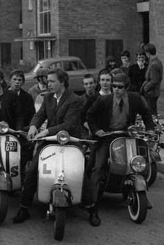 Mods, Mod is a British youth subculture , Focused on music and fashion, Significant elements of the mod subculture include fashion (often tailor-made suits); and motor scooters (usually Lambretta or Vespa). Mod Scooter, Lambretta Scooter, Vespa Scooters, Vintage Vespa, Rockabilly, Motos Vespa, Youth Subcultures, Hippie Man, Motor Scooters