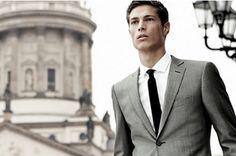 Pánové, víte jak nosit oblek a nevypadat, jako buran? Přečtěte si 10 základních pravidel, jak nosit oblek a už nikdy nedělejte hloupé chyby v oblékání.