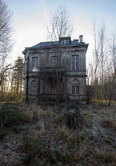 Looks spooky but then I live in an old 2 story apartment house....lol ! Abandoned Property, Old Abandoned Houses, Abandoned Mansions, Abandoned Buildings, Abandoned Places, Old Houses, Abandoned Castles, Spooky Places, Haunted Places