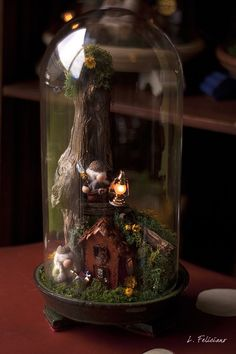 treehouse bell jar miniature sous verre A tree house in the woods miniature japonais Miniature Crafts, Miniature Fairy Gardens, Cloche Decor, The Bell Jar, Bell Jars, Deco Nature, Jar Art, Fairy Garden Houses, Decorated Jars