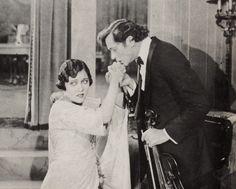 """Gloria Swanson (1899-1983) und Theodore Kosloff (1882-1956) in """"Irrwege einer Ehe"""" (1920)."""