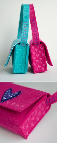 Diy Crafts - How to make kids felt monogram bags Felt Diy, Handmade Felt, Handmade Bags, Cute Purses, Purses And Bags, Kids Purse, Felt Crafts Patterns, Felt Purse, Felt Bags