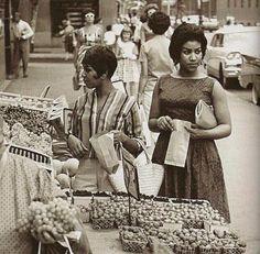 Aretha Franklin with her sister, Erma Franklin, in 1963 #vintage #celebrity