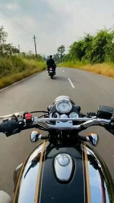 Bike Status, Alone Boy Wallpaper, Alone Girl Pic, Royal Enfield Wallpapers, Bullet Bike Royal Enfield, Driving Pictures, Feeling Pictures, Cute Romantic Quotes, Bike Illustration