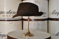 Mascota de fieltro, color marrón. Felt trilby hat, brown colour.