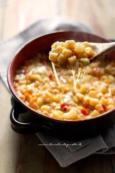 La Pasta e Patate è un primo piatto invernale, caldo, confortante e molto saporito tipico della cucina napoletana, la versione più completa e sostanziosa, della minestra di patate, a cui a fine cottur