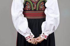 Almankås Øst-Telemark damebunad bak Norwegian Clothing, Blouse, My Style, Long Sleeve, Sleeves, Clothes, Tops, Women, Fashion