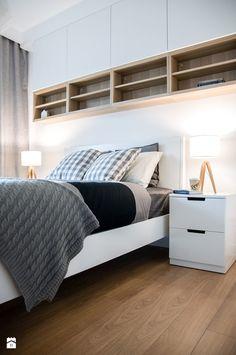 Szafki białe nad łóżkiem i półki