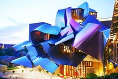 The quiet, sleepy wine-growing countryside of Rioja has got a touch of mischief from the eccentric architect Frank Gehry. This avant-garde structure is in stark contrast to the simplicity and rustic nature of its surroundings. The sight catches you by surprise and the luxury it offers inside is stuff of legends.
