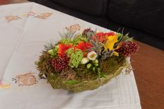 2de helft van het ei heb ik rondom mos gebruikt en dan de bloemen geschikt op oasis. Moerbeibesschors kan je krijgen in verschillende kleuren. Ik gebruikte mosgroen omdat ik dat nog liggen had. Ook hier is met behangerslijm of podge zijdepapier aangebracht op het isomo- ei.