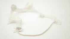 BOLOGNA: Diadema de encaje francés con perlas bordadas a mano.
