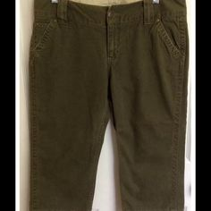 """Old Navy cropped pants Olive/army green color. Waist- 34"""", Inseam- 20"""", Rise- 8 1/2"""" Old Navy Pants Ankle & Cropped"""