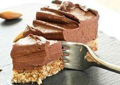 Deși nu conține ingrediente tradiționale, precum lapte, ouă, făină sau zahăr, este un tort foarte reușit: dulce în mod natural, bine închegat și gustos.În plus, este dietetic și potrivit pentru copii.