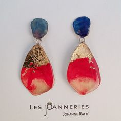 Brass pendantearrings with red and blue color par lesjoanneries