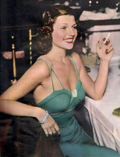 Rita Hayworth in 1940 Hollywood Fashion, Old Hollywood Glamour, Vintage Glamour, Vintage Hollywood, Hollywood Stars, Classic Hollywood, Rita Hayworth, Alfred Angelo, Margarita