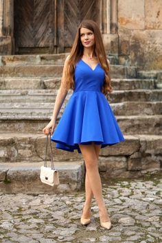 Kobaltowa sukienka z dłuższym tyłem.  229 zł  www.illuminate.pl