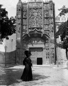 Preciosa imagen de la Fachada del Museo Nacional de Escultura en Valladolid con una mujer vestida de época