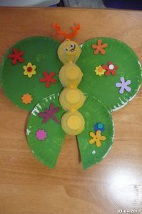 Butterfly craft idea for kids crafts and worksheets for pres Kids Daycare, Daycare Crafts, Preschool Crafts, Crafts For Kids To Make, Kids Crafts, Art For Kids, Arts And Crafts, Spring Activities, Craft Activities