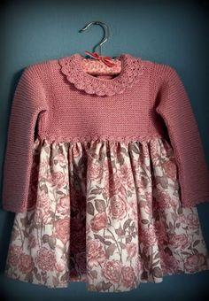 Os presento la versión de invierno de los vestidos con canesú de punto. Una prenda super práctica y calentita. Decidí adornar el escote con...