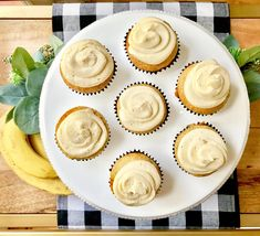Banana Cupcakes with Brown Sugar Buttercream Party Desserts, Fall Desserts, Yummy Treats, Yummy Food, Banana Cupcakes, Creative Desserts, Fall Treats, Brown Sugar, Frosting
