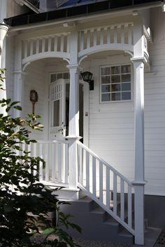 Har fått frågor om jag inte kunde visa några bilder från vår entré.   Visst kan jag det, här kommer de...     Huset är byggt i national... White Cottage, Cozy Cottage, Cottage Stairs, This Old House, Haus Am See, Entry Hallway, Cottage Exterior, Old Farm Houses, Villa