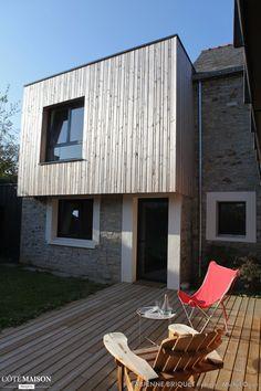 Une terrasse est un prolongement de la maison avec les mêmes matières que la façade. - Plus de photos sur Côté Maison.
