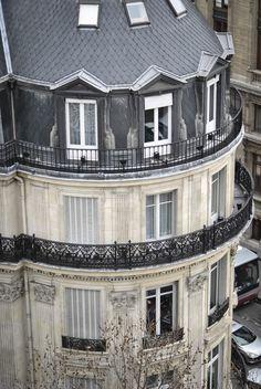 C e que j'aime à P aris, c'est l'aventure, grimper sur les toits des bâtiments pour y apercevoir les monuments sous une autre forme, se...