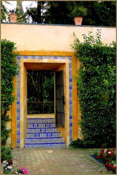 Through the gate, Garden Royal Alcazar, Sevilla