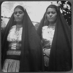 São recorrentes, na coleção de fotografias do MAP, imagens de pares femininos. Jovens mulheres pousando com os trajes locais e participando ... Folk Costume, Costumes, Iberian Peninsula, Folk Clothing, In A Heartbeat, Traditional Outfits, Portuguese, Old Photos, Persona