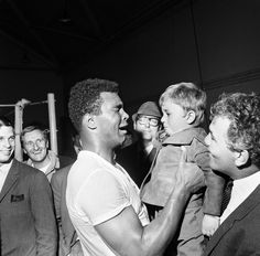 Unforgettable Photo of Muhammad Ali Muhammad Ali Quotes, Muhammad Ali Boxing, Indian Yoga, Boxing History, Boxing Champions, African American History, Black Is Beautiful, Martial Arts, My Idol