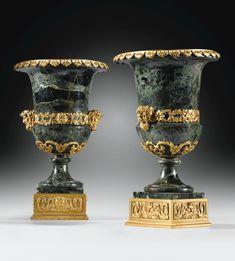 Paire de vases Medicis en marbre vert antique et monture de bronze doré d'époque Restauration, vers 1830.