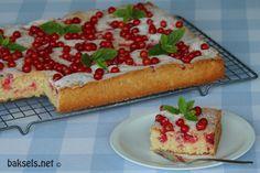 Rode bessen cake, ideaal om een overvloedige fruitoogst mee weg te werken :) http://www.baksels.net/site/rode-bessen-cake/