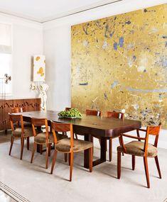 Вокруг стола в столовой стоят французские стулья 30-хгодов. Большая золотистая картина итальянского художника Рудольфа Штингеля, который живет иработает вНью-Йорке.
