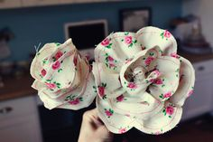 SnowyBliss: Long Stemmed Fabric Flowers This is a fantastic tutorial for making these fabric roses. Scrap Fabric Projects, Fabric Crafts, Craft Projects, Sewing Projects, Diy Crafts, Making Fabric Flowers, Fabric Roses, Fabric Ribbon, Flower Fabric