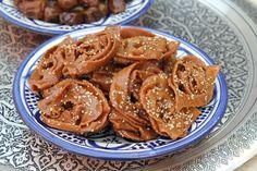 Marokkaanse chebakia (honingkoekjes) Pastry School, Bread Cake, Party Drinks, Iftar, Love Food, Tasty, Sweets, Cookies, Meat
